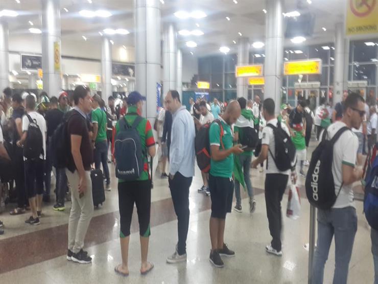 وسط فرحة كبيرة وهتافات عالية الجماهير الجزائرية تغادر القاهرة