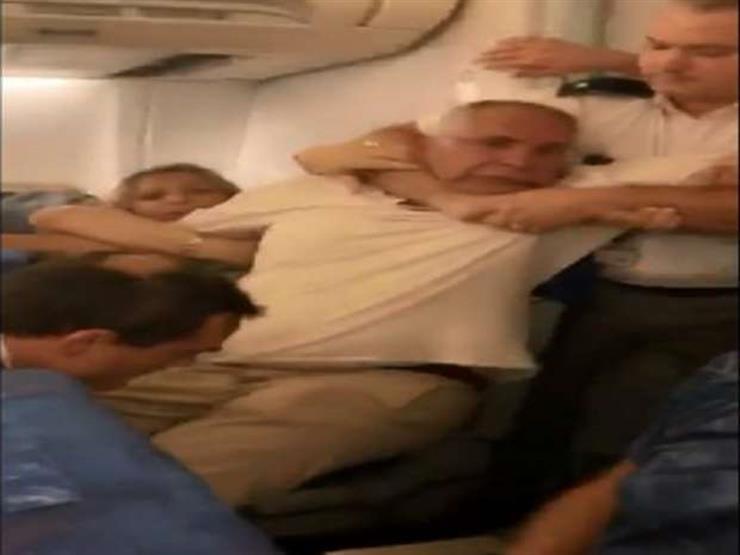 """وزيرة الهجرة تلتقي """"حسن سلامة"""" المعتدى عليه بالطائرة الرومانية"""
