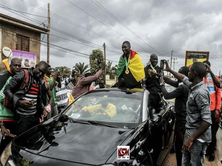 صورة.. استقبال أسطوري في شوارع الكاميرون لحكام نهائي أمم أفريقيا