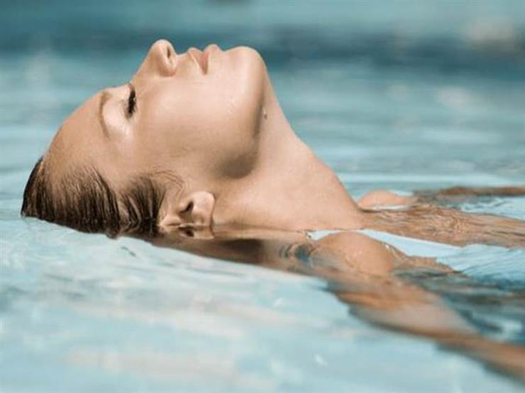هكذا تعتنين ببشرتك بعد السباحة