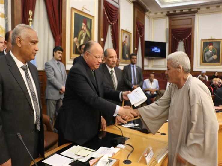 محافظ القاهرة يوزع تأشيرات حج وتذاكر سفر وملابس إحرام على 1350 شخصًا