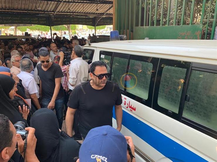 أكرم حسني ومحمد ممدوح في جنازة فاروق الفيشاوي