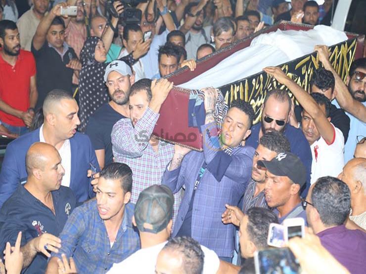 أحمد الفيشاوي ينفعل على الصحفيين خلال تشييع جثمان والده