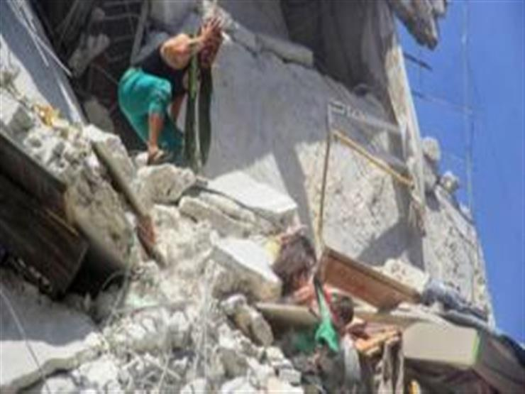 فتاة صغيرة تنقذ اختها من الموت بعد قصف على بلدة أريحا السورية