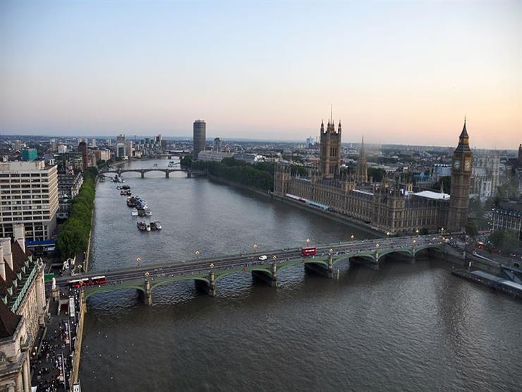 إغلاق جسر ويستمنستر في لندن بعد ارتطام زورق سياحي به