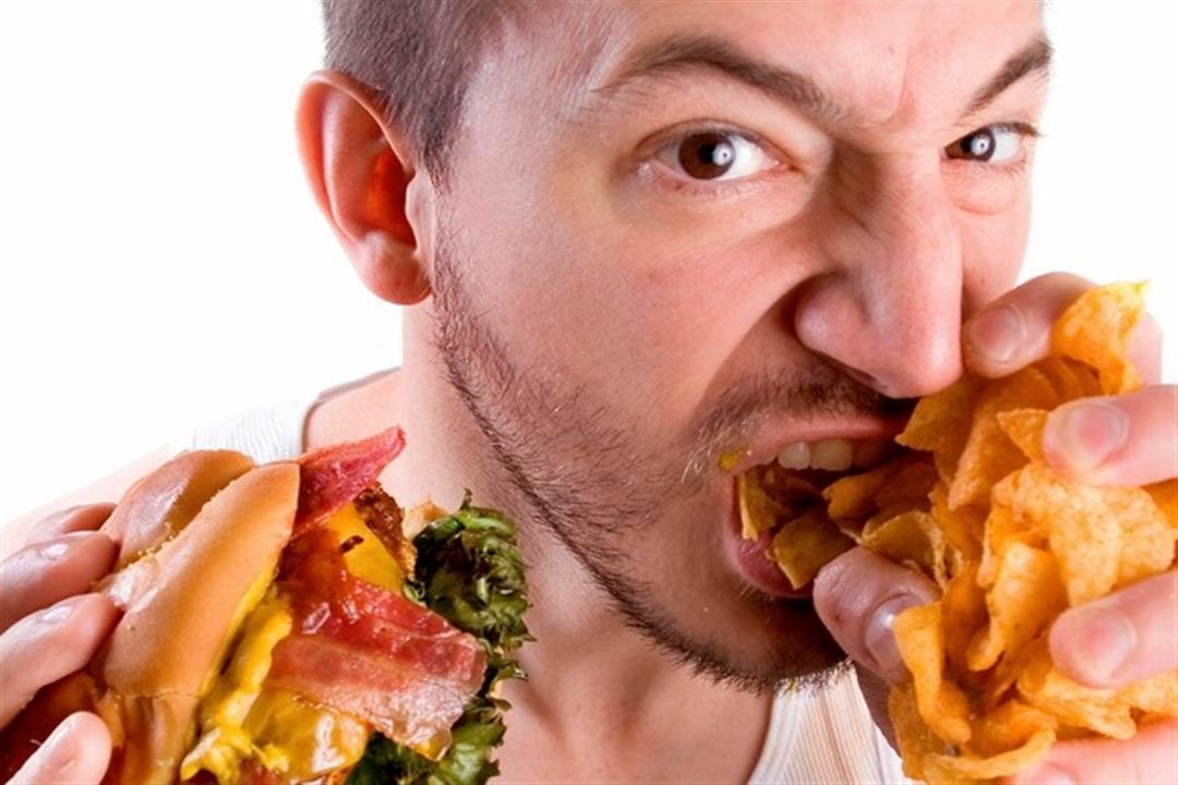 أخطرها الحموضة.. تناول الطعام بسرعة يصيبك بهذه الأمراض