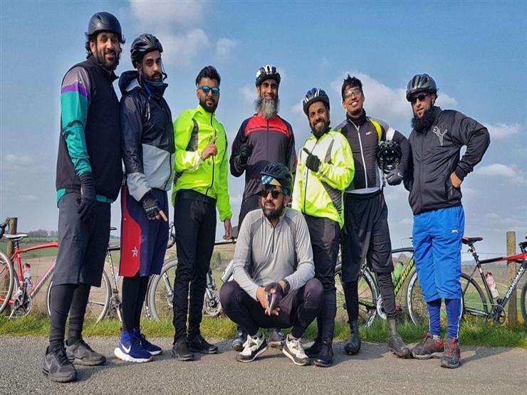 مرورا بجبال وصحاري 17 دولة.. رحلة 8 حجاج من لندن إلى مكة على الدراجة