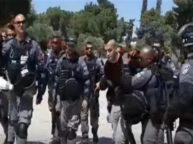لحظة اعتقال شرطة الاحتلال لـ ٣ شبان من محيط المسجد الاقصى