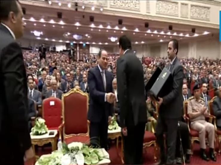 """فيديو..وزير التعليم العالي يهدي الرئيس درع """"عيد العلم"""""""