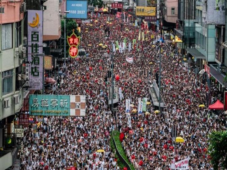 متظاهرو هونج كونج ينظمون مسيرة اليوم وسط الرياح القوية والأمطار الغزيرة