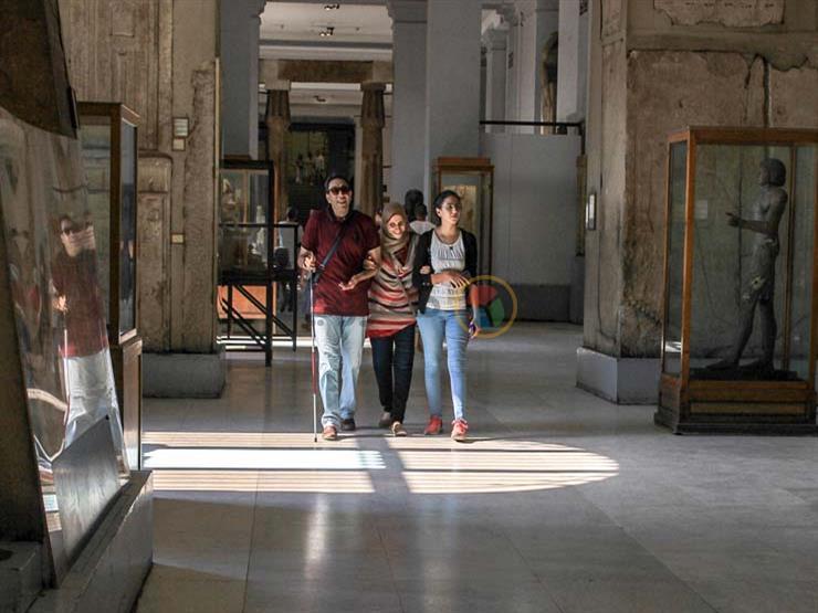 أنامل ترى..رحلة زوجين كفيفين داخل المتحف المصري (قصة مصورة)