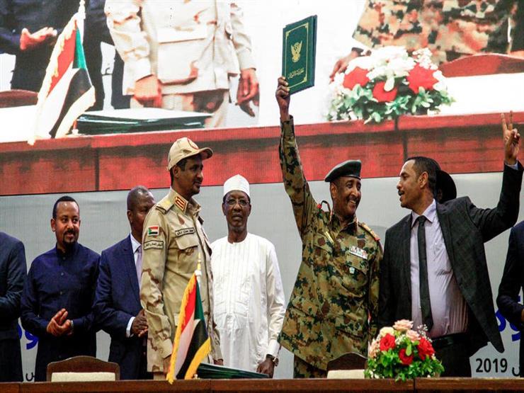 عسكريون ومدنيون بمجلس السيادة.. ماذا نعرف عن 11 شخصًا يقودون السودان؟