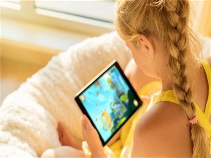 كيف يواجه الآباء استخدام الأطفال المفرط لشاشات الهواتف والأجهزة الإلكترونية؟