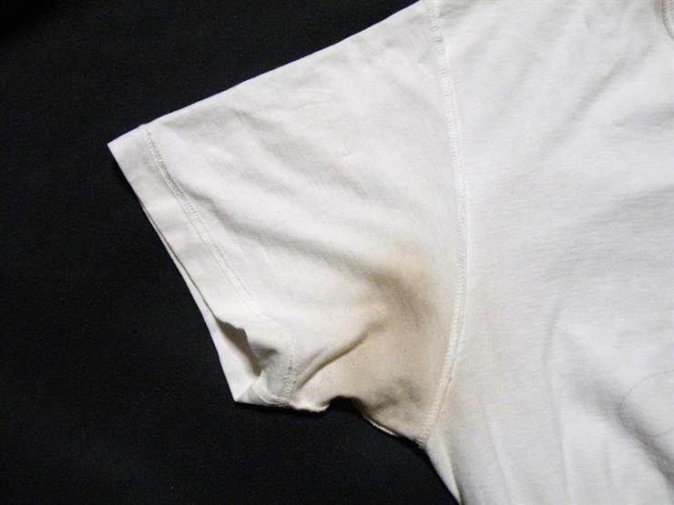 """5 طرق بسيطة لإزالة بقع العرق الصفراء من الملابس منها """"الملح"""""""