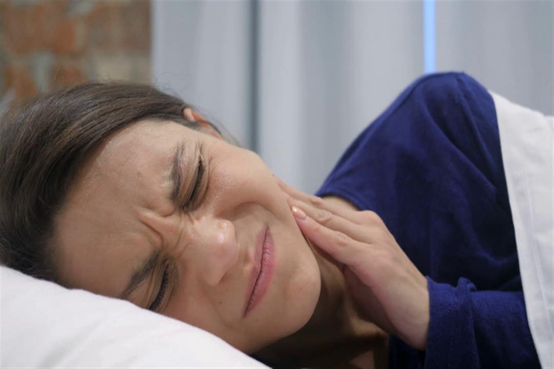 منها وضعية النوم الخاطئة.. 6 أسباب وراء الشعور بآلام الأسنان