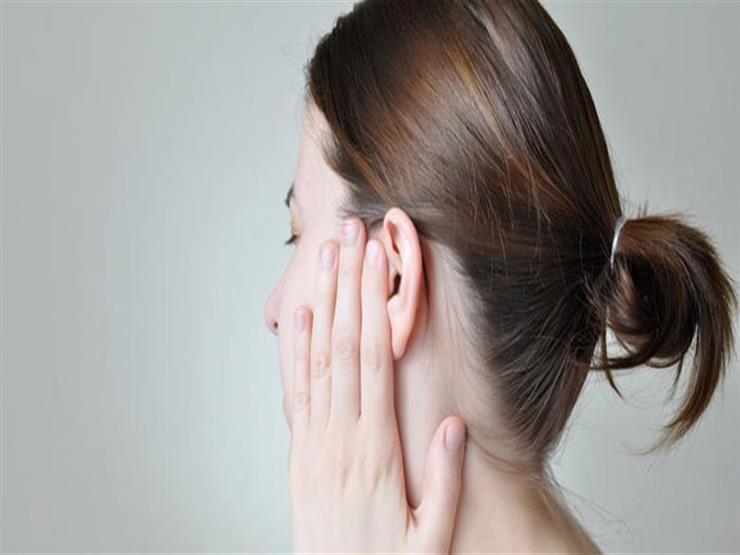 منها المضغ.. طرق فعالة للتخلص من شمع الأذن