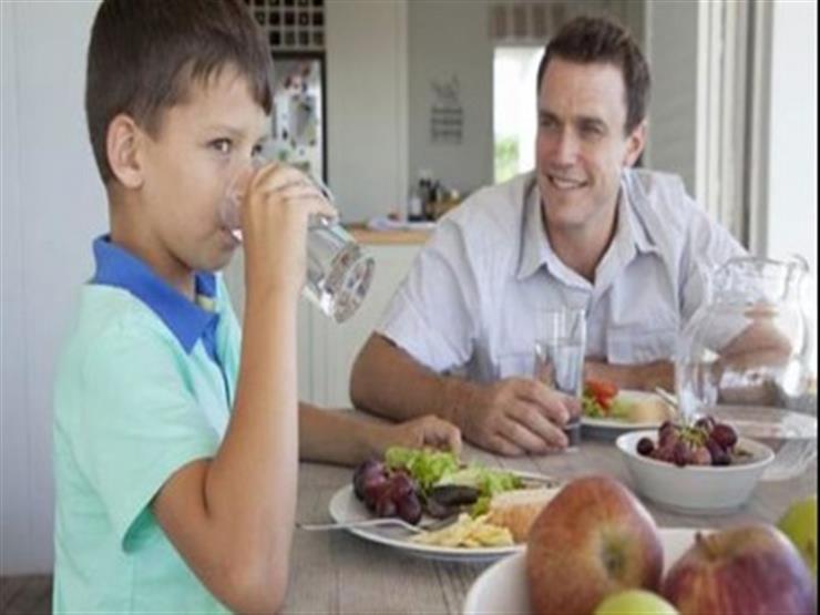شرب الماء خلال تناول الطعام.. هل هو مضر أم مفيد لصحتنا؟
