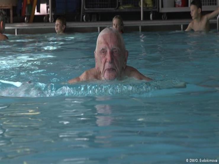مدرب سباحة تجاوز عمره الـ 100 عام يكشف عن سر لياقته
