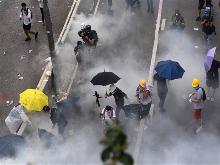 المتظاهرون يلقون عبوات حارقة على مباني حكومية في هونج كونج