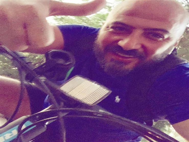 """صور  مجدي الهواري يقود دراجة: """"اشتروا عجل"""""""