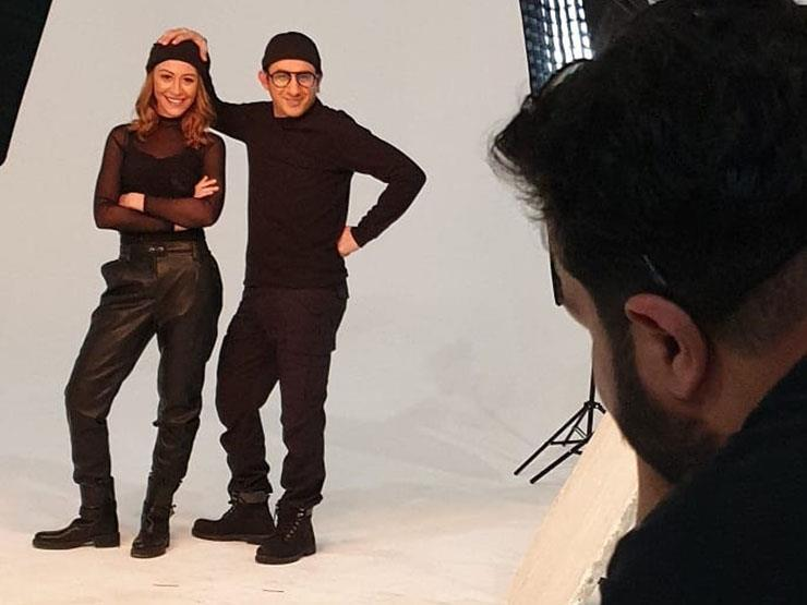 بالصور والفيديو.. جلسة تصوير تجمع أحمد حلمي ومنة شلبي ترويجا لفيلمهما الجديد