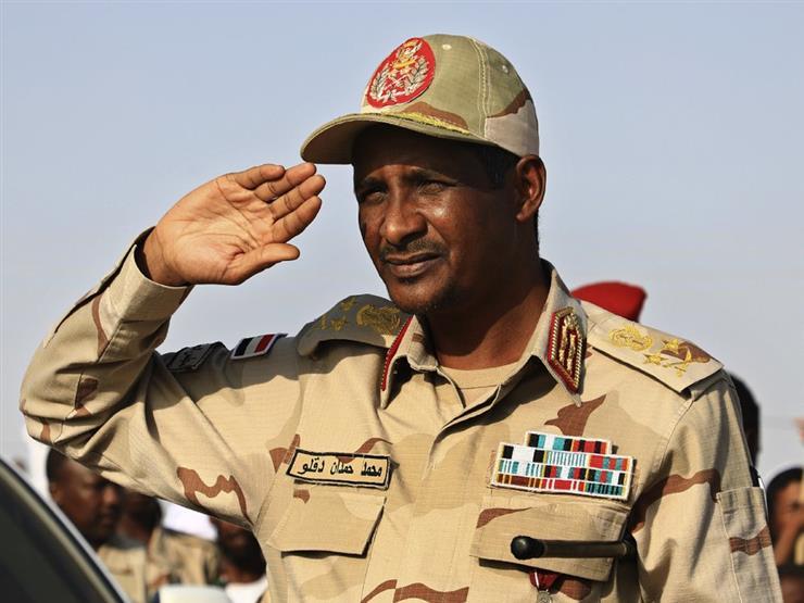 """من الجِمال إلى السلطة.. هل يصبح حميدتي """"رجل السودان القوي"""" الجديد؟"""