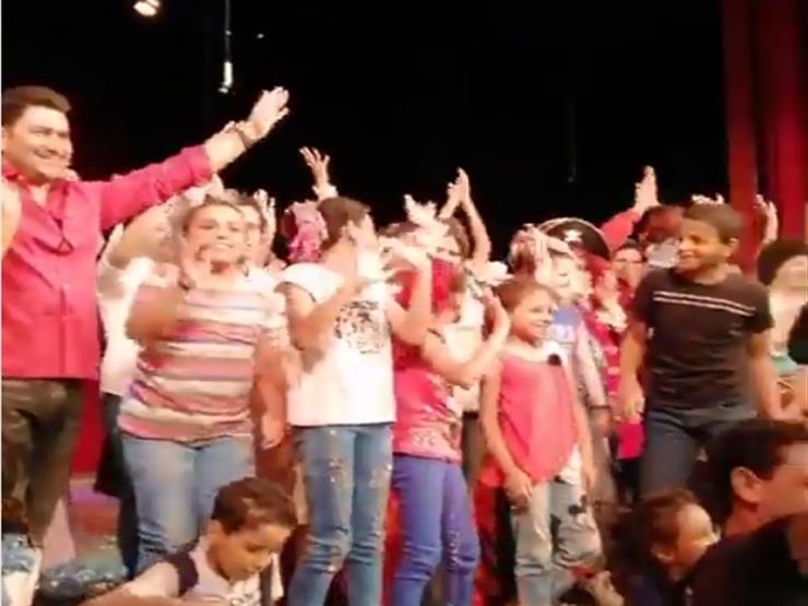 """بالفيديو  أطفال مرضى السرطان يشاهدون عرض """"المتفائل"""".. ولقاء سويدان تهنئ سامح حسين"""