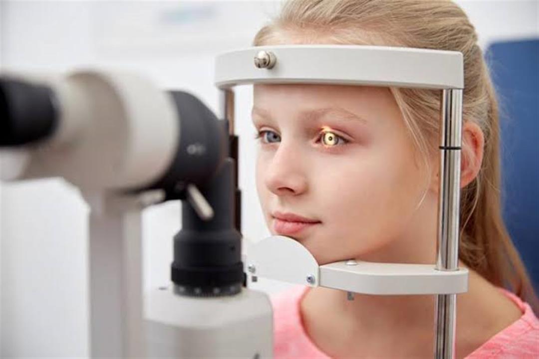 منها الصداع المزمن.. علامات تكشف إصابة طفلك بكسل العين