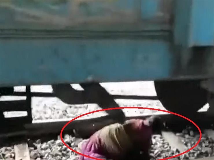 يالفيديو .. مشهد مرعب لعجوز تستلقي بين عجلات القطار