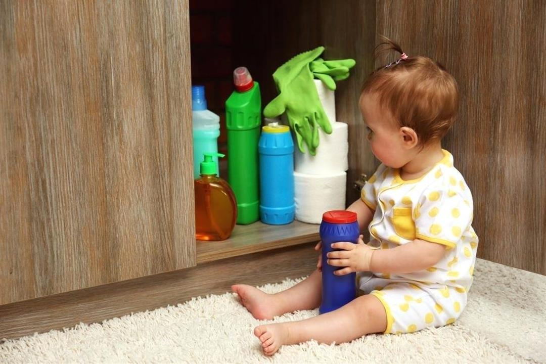 للأمهات.. دليلِك لإسعاف طفلِك عند ابتلاعه للمواد الكاوية (فيديو)