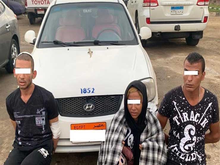القبض على المتهمين بسرقة سيارة تاكسي من قائدها بالإكراه في السويس