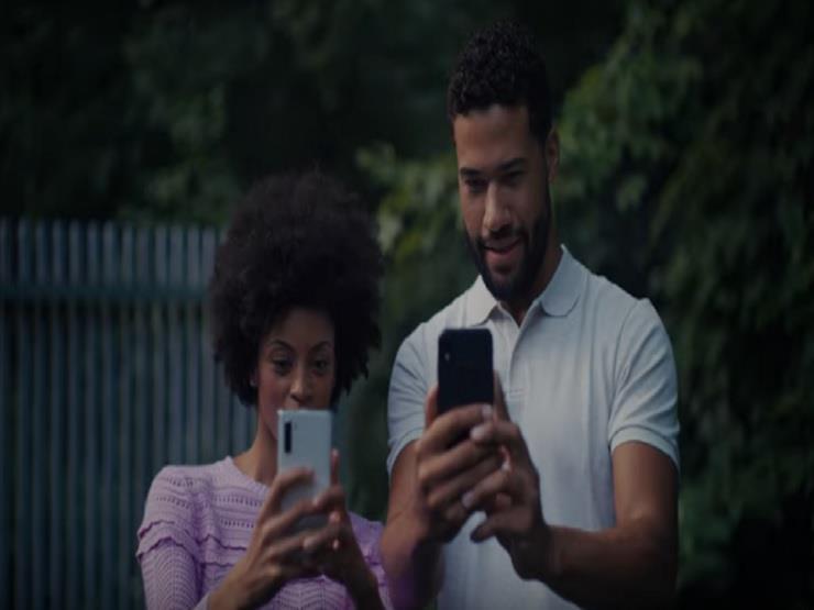 بالفيديو| سامسونج تسخر من هاتف آيفون الجديد في 15 ثانية