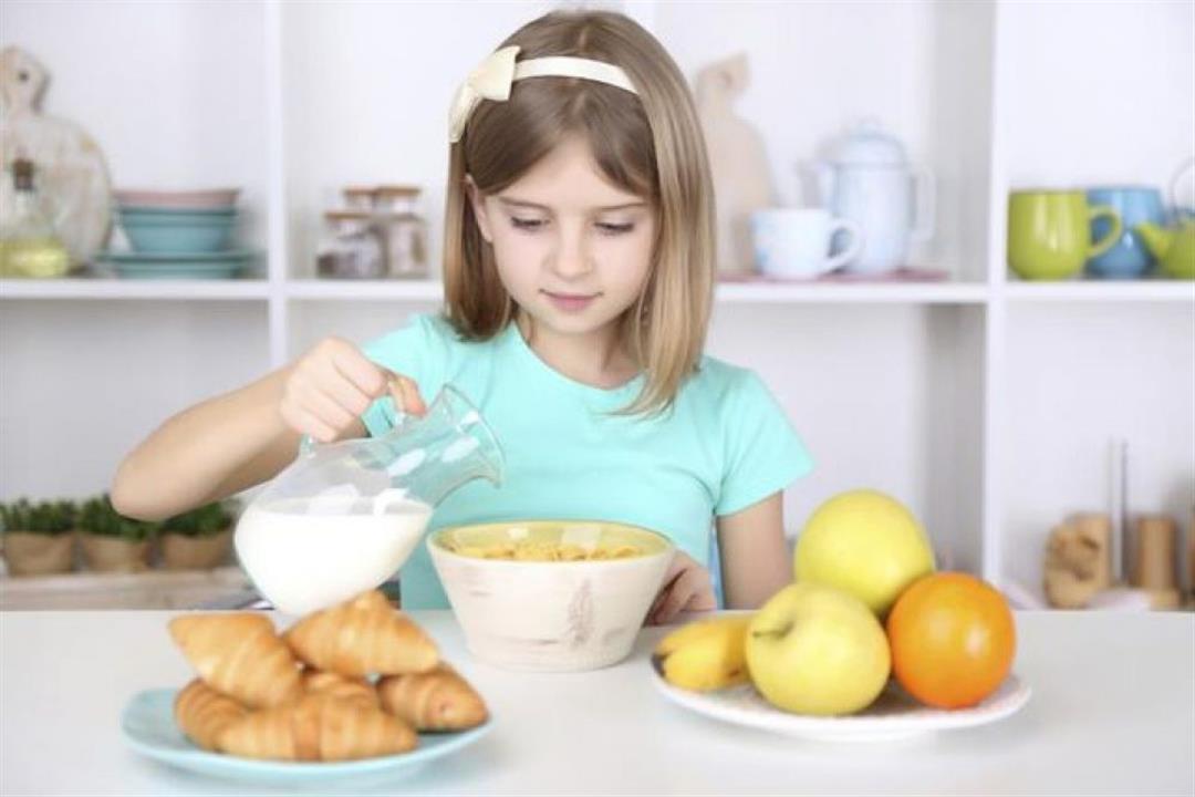 تساعده على التركيز والنشاط.. 4 أطعمة مفيدة لطفلك في الصباح (انفوجراف)