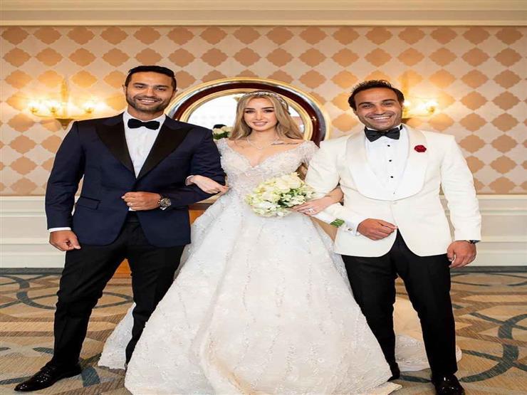 """كريم فهمي ينشر صورة """"أهم ناس"""": """"مش ناقص غير جميلة وأبويا وأمي"""""""