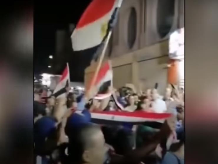 عمرو أديب يعرض لقطات لمظاهرات حاشدة من السويس تدعم الدولة ومؤسساتها