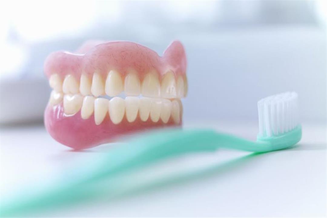3 أخطاء يجب تجنبها عند تنظيف طقم الأسنان.. إليك الطريقة الصحيحة