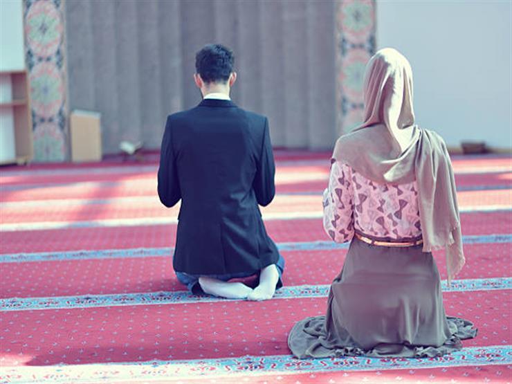 أين أقف عندما يؤمني زوجي في الصلاة؟.. أمين الفتوى يجيب
