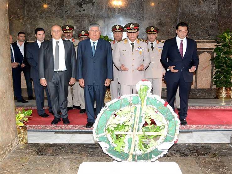 نائبًا عن الرئيس.. وزير الدفاع يضع إكليل الزهور على قبر الزعيم عبدالناصر