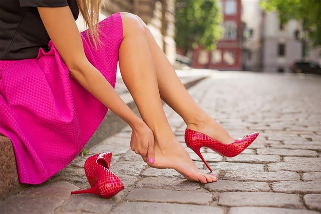 """تعاني من """"الكالو"""" بعد ارتداء الأحذية الجديدة؟.. إليك الأسباب والعلاج"""