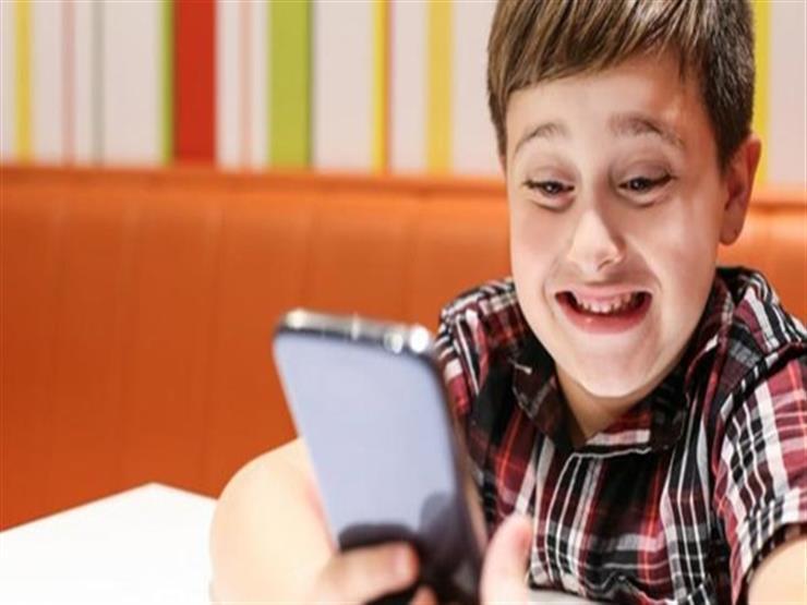 لماذا لا يجب ترك طفلك يلعب على الهواتف الذكية دون أي رقابة؟