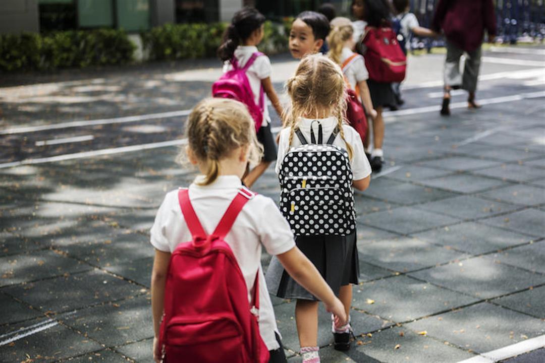 باحثون.. حقيبة الظهر الثقيلة تؤذي طفلك.. إليكِ الوزن المناسب