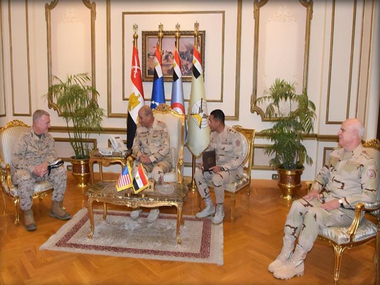 وزير الدفاع يستقبل قائد المنطقة المركزية الأمريكية