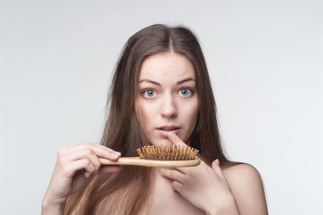 الهرمونات من بينها.. 5 أسباب لتساقط الشعر بعد الولادة
