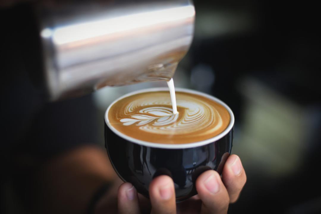 يقلل من أضرارها.. 5 أسباب تدفعك إلى تحضير القهوة بالحليب