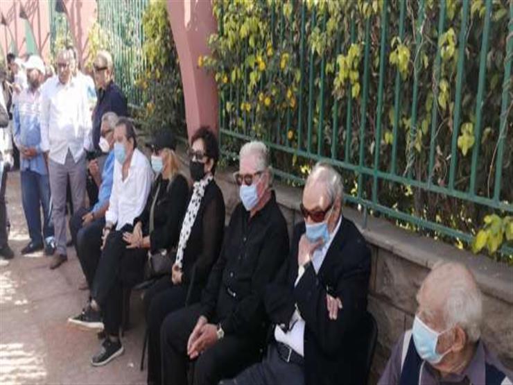 صورة- نادية الجندي وعزت العلايلي في جنازة محمود ياسين