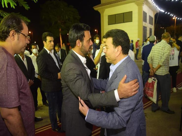 هاني شاكر وأحمد بدير يقدمان واجب العزاء في محمود ياسين (صور)