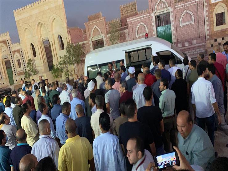 أم البطل.. شاهد لحظة صلاة الجنازة ودفن جثمان والدة الشهيد أحمد منسي بجواره