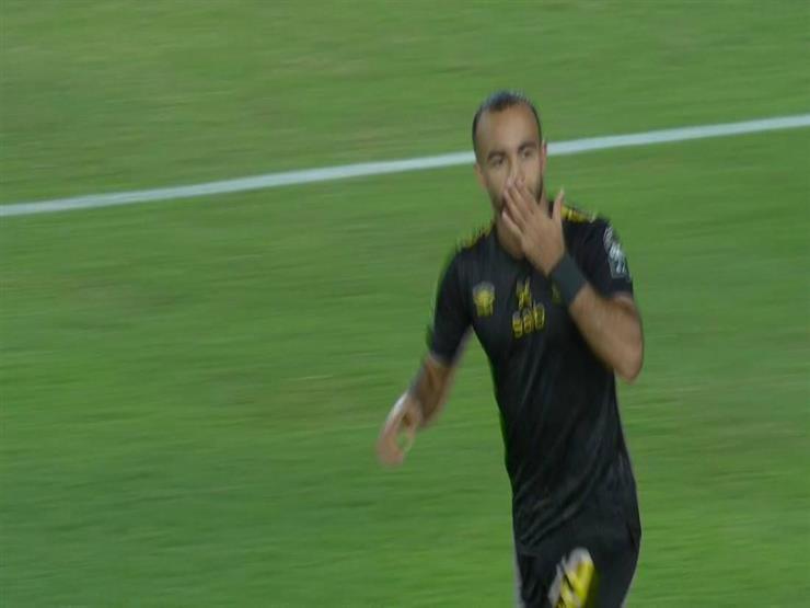 """""""أفشة"""" يسجل الهدف الأول للأهلي بعد خطأ دفاعي للوداد"""