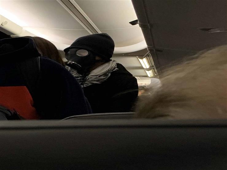 إجبار رجل على مغادرة طائرة ركاب لارتدائه قناع غاز