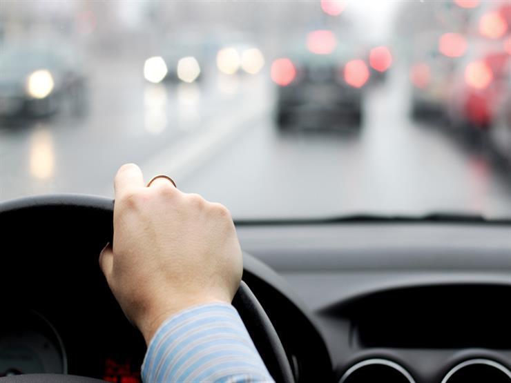 """ما التصرف الآمن عند تعرض سائق السيارة لرياح شديدة أثناء القيادة؟ """"خبراء يجيبون"""""""